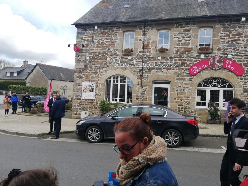Emmanuel Macron a passé près de deux heures dans ce restaurant, le Midi Vin, à Broons