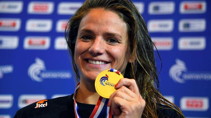 Fanny Deberghes, tout sourire après son titre sur le 50m brasse.