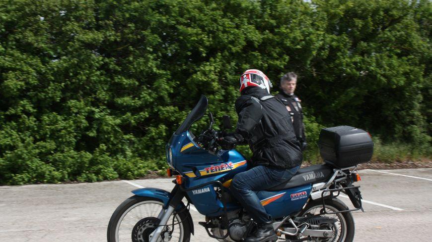 """Exercice """"conserver une trajectoire"""" : revoir ses reflèxes de motard"""