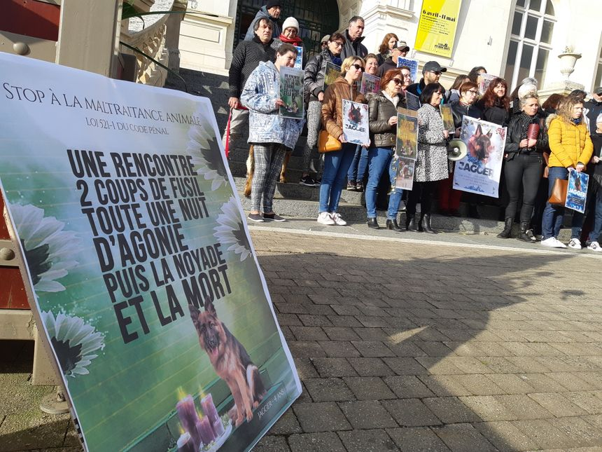 Une trentaine de personnes se sont réunies devant la mairie de Niort avant l'audience
