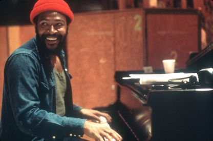 "Marvin Gaye, chanteur et auteur-compositeur, en studio d'""enregistrement à Los Angeles, en Californie. 1973."