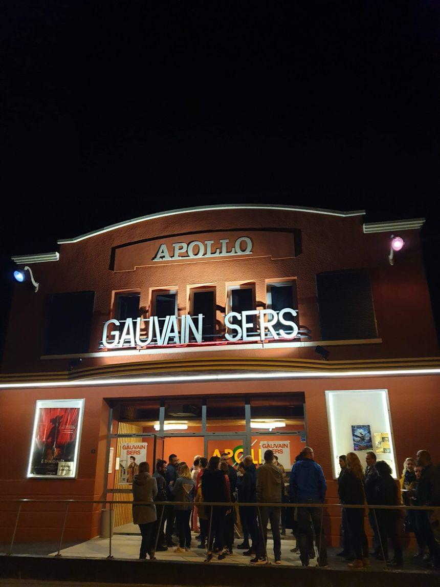 Le nom de Gauvain Sers sur le fronton de la salle Apollo à Dun-le-Palestel