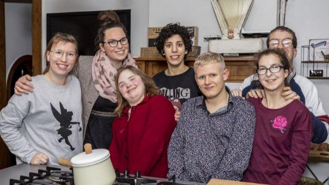 """Les 6 colocs et Amandine la """"maîtresse de maison"""""""