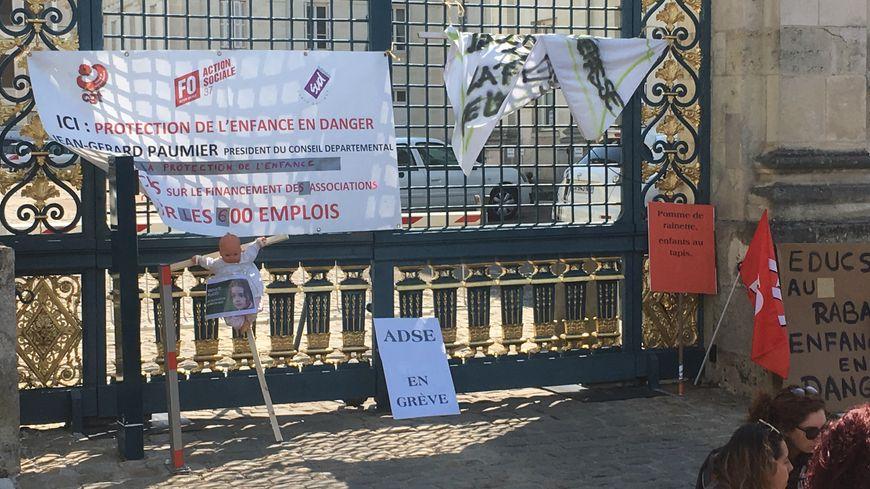 Les salariés de la protection de l'enfance ont manifesté devant le Conseil Départemental à Tours ce mardi