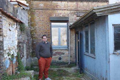 Romain se tient dans son futur salon, presque tout est à refaire dans sa maison