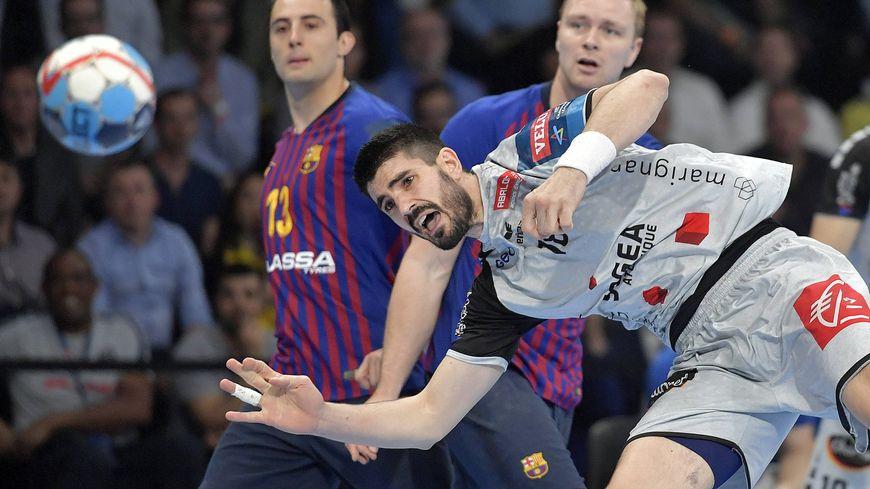 Le Nantais Gurbindo en difficulté lors du match HBC Nantes / Barcelone