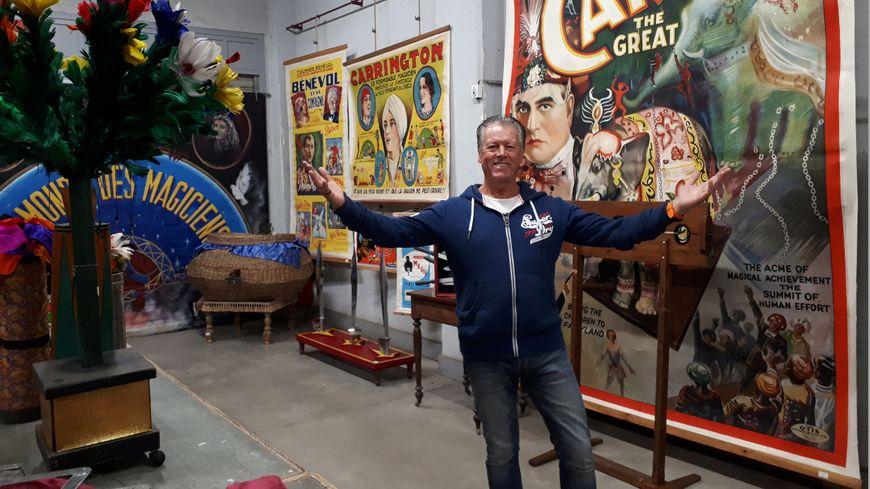 Thierry Goujon, du duo de magiciens US Magic a assemblé une collection de plus de 1000 mètres carrés en 30 ans de carrière. Il en vend  une partie aux enchères ce vendredi.