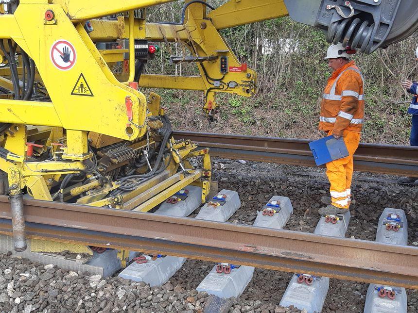 Le train usine remplace automatiquement les vieilles traverses et les vieux rails