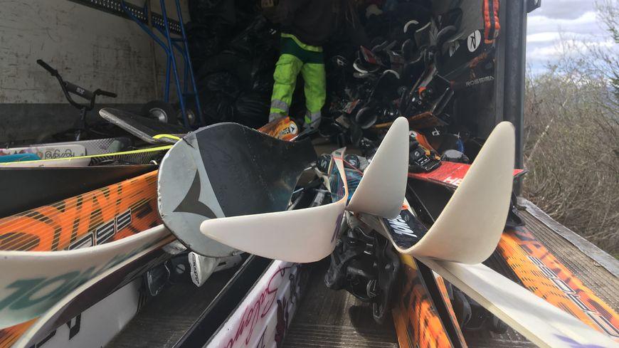 Une fois collecté, le matériel de ski usagé est envoyé en Savoie pour être recyclé