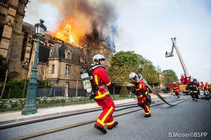 Papiers en cours d'intervention sur l'incendie de Notre-Dame, le 15 avril 2019