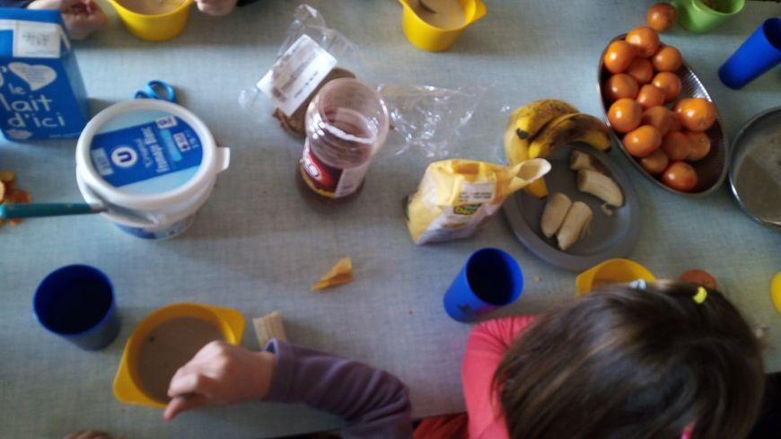Le petit-déjeuner, varié et équilibré, est servi en classe (droits réservés)