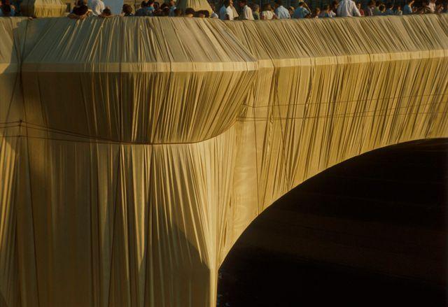 Les artistes ont utilisé du polyester ocre-jaune pour leur installation