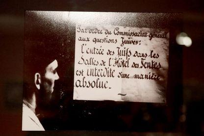 """""""Par ordre du Commissariat général aux affaires juives : l'accès aux maisons de ventes aux enchères est strictement interdit aux Juifs"""" exposé au Mémorial de la Shoah à Paris"""