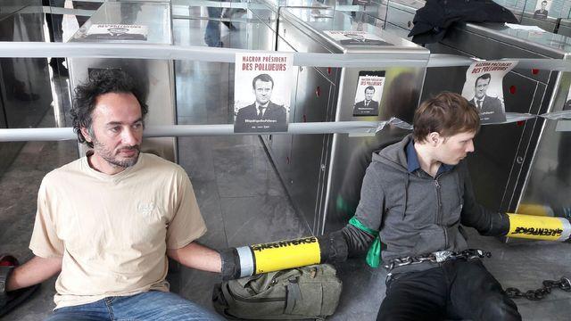 Dans la tour EDF, ils ont fait en sorte d'empêcher les entrées et sorties du bâtiment, avant d'être à leur tour bloqués par la sécurité