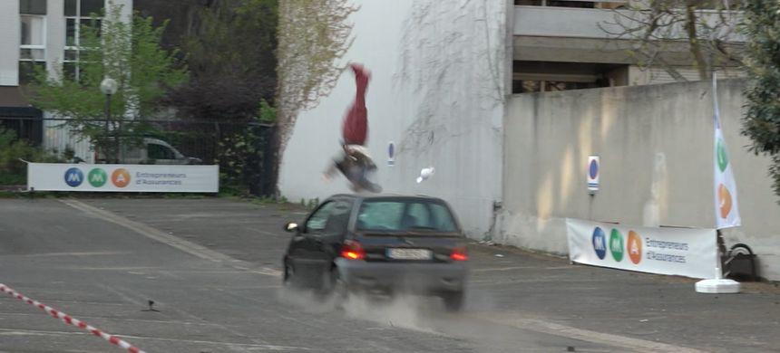 Le mannequin est projeté en l'air avant de retomber 17 mètres plus loin.