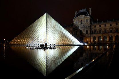 La pyramide de nuit à l'été 2018.