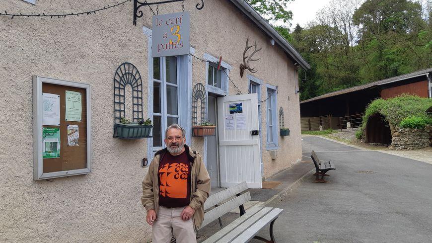 Claude Gamichon, le président du Cerf 3 pattes devant les locaux de l'association à Germaine