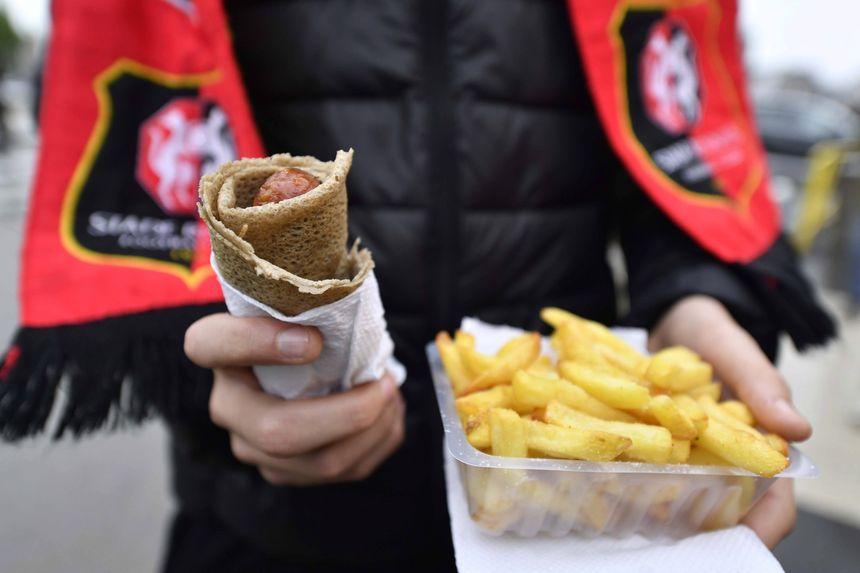 La traditionnelle galette-saucisse des supporters du Stade Rennais.