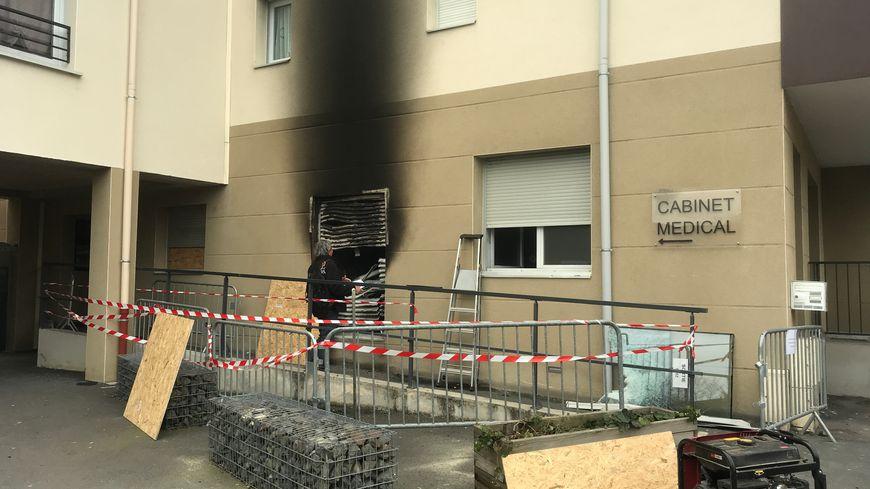Experts et ouvriers étaient à pied d'oeuvre ce mardi après l'incendie du cabinet médical de Fraisses.