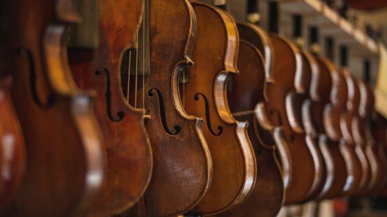 Dans un atelier de lutherie de violons et altos...
