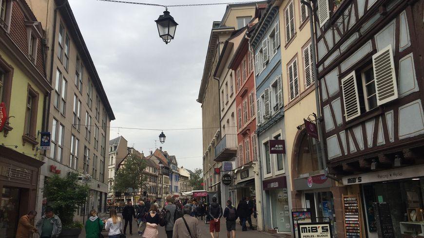 La rue des clés à Colmar, principale rue commerçante du centre-ville