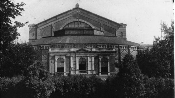 Le théâtre de Bayreuth, vue de l'arrière. 50ème anniversaire de la mort de Richard Wagner, 13 février 1933. Photo de presse / Sennecke