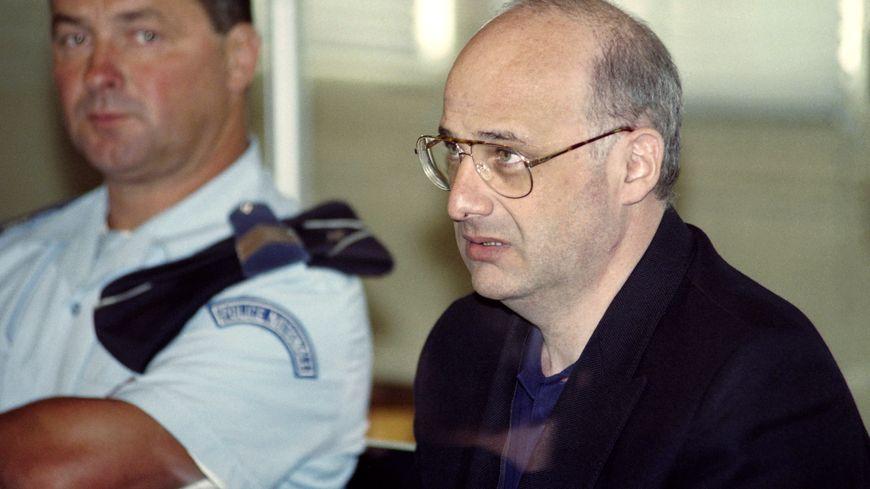 Condamné à la réclusion à perpétuité lors de son procès en 1996, Jean-Claude Romand est incarcéré à la prison de Saint-Maur dans l'Indre.