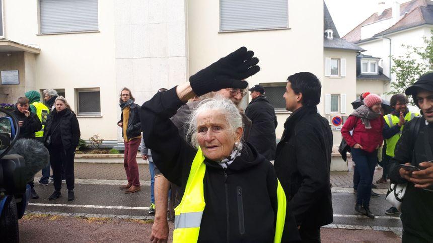 Germaine, célèbre militante anti-GCO de Kolbsheim, défile avec les gilets jaunes