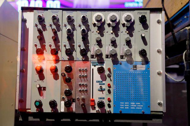 """Un mini synthétiseur studio 54 de 1968 dans l'exposition """"Electro, de Kraftwerk à Daft Punk""""."""