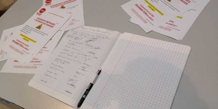 Les grévistes font signer une pétition aux visiteurs du centre hospitalier