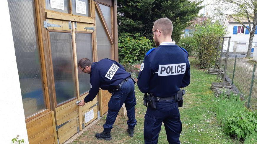 """""""Opération tranquillité vacances"""" pour des policiers en patrouille à Buxerolles, près de Poitiers."""