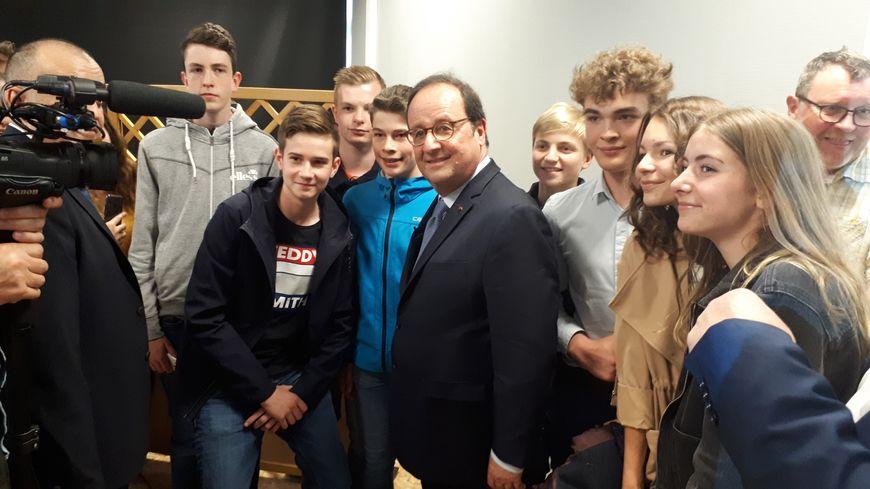 Séance de selfies incontournable pour François Hollande.