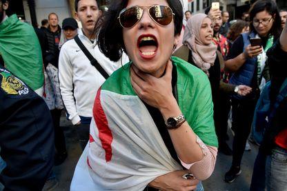 Manifestante à Alger, dimanche 14 avril 2019 : les protestations se poursuivent quotidiennement malgré le départ d'Abdelaziz Bouteflika et l'annonce d'une date pour un nouveau scrutin présidentiel.