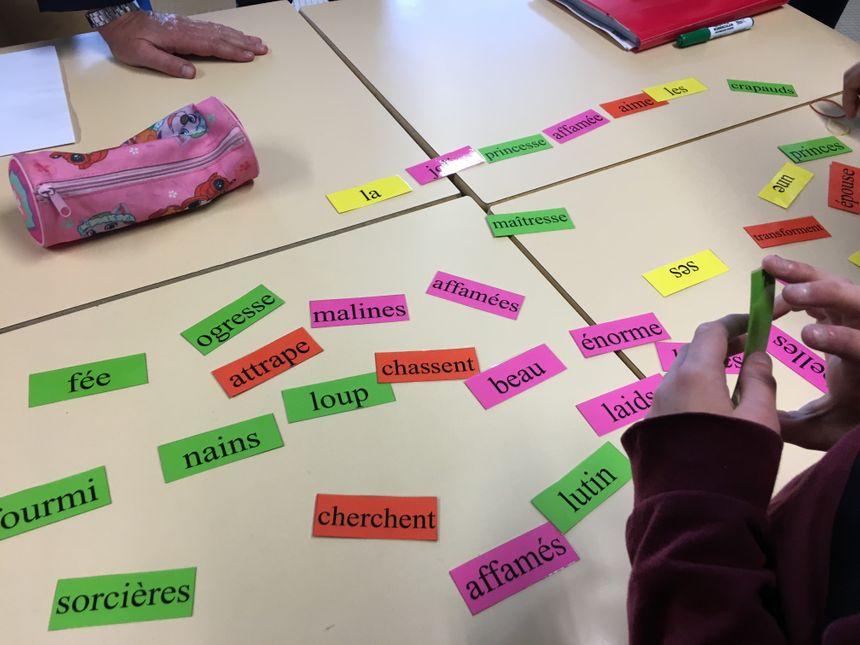 Dans ce jeu/exercice de français, il faut créer une phrase en utilisant un article, un nom, un verbe et un adjectif