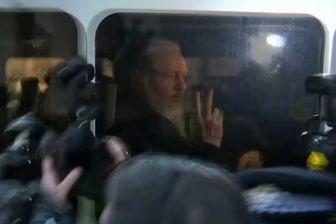 Julian Assange dans le véhicule de police qui l'emmenait, jeudi 11 avril 2019, pour une première comparution en justice à Londres.
