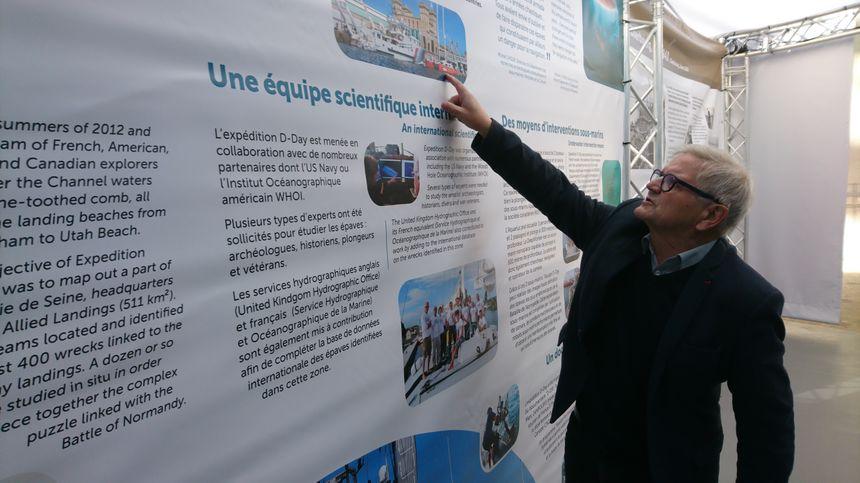 Le président de la Cité de la Mer, Bernard Cauvin, présente quelques-uns des récits présents dans cette nouvelle exposition.