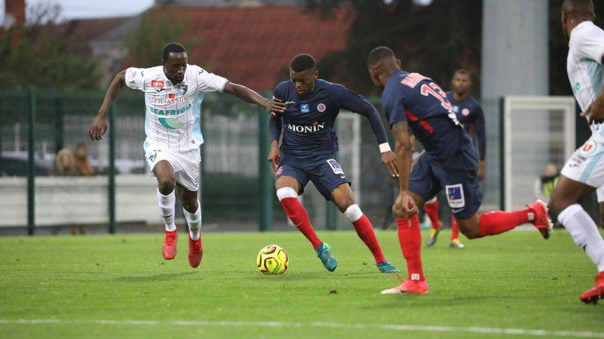 C'est sur un centre côté droit d'Arthur Yamga (au centre) que le jeune Chouareff a inscrit le seul but de la rencontre (47ème)