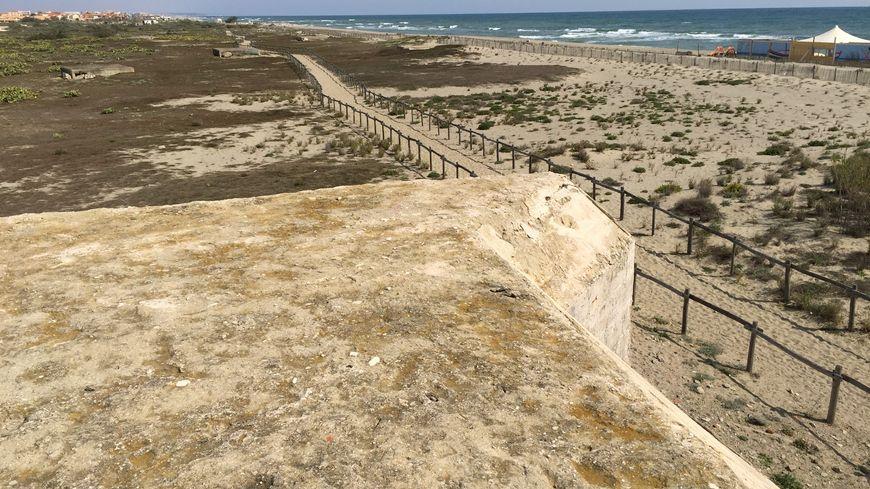 Le blockhaus principal domine une dizaine d'autres ouvrages allemands sur la plage de Torreilles
