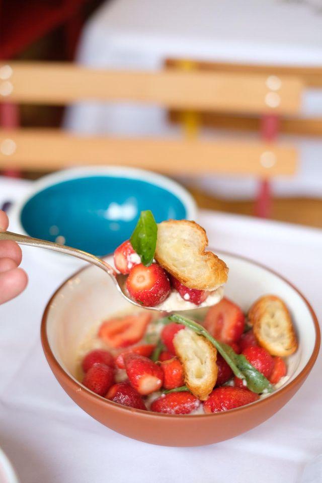 Salade de fraises au basilic, croissant rassis