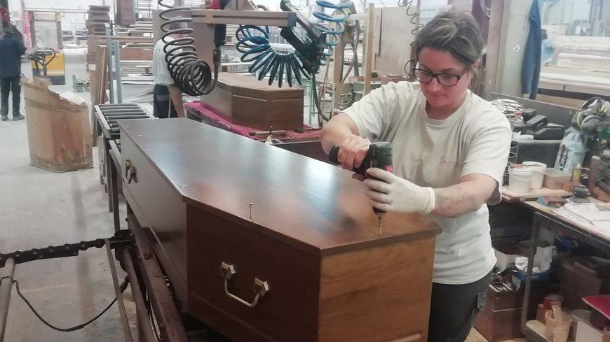 Les salariés du site de Saint-Jory-Las-Bloux produisent 400 cercueils par jour