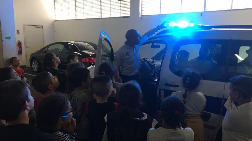 Les élèves de CE2 de l'école René Cassin dans le quartier de l'Ariane à Nice visitent le commissariat