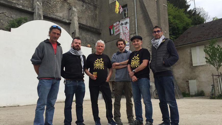 Les militants de Libertat ! rassemblés devant leur local, la Tor deu Borreu, dans le quartier du Hédas.