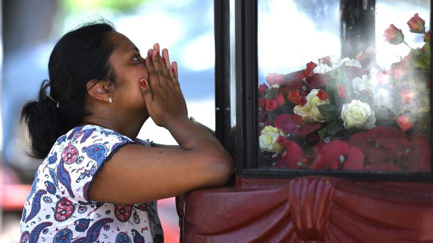 Une femme prie en hommage aux victimes des attaques, à Negombo au Sri Lanka.
