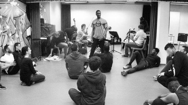 En prison, la musique et la danse comme outils de réinsertion sociale