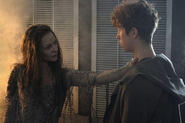 Morgana (Rebecca Ferguson) face à Merlin (Angus Imrie)