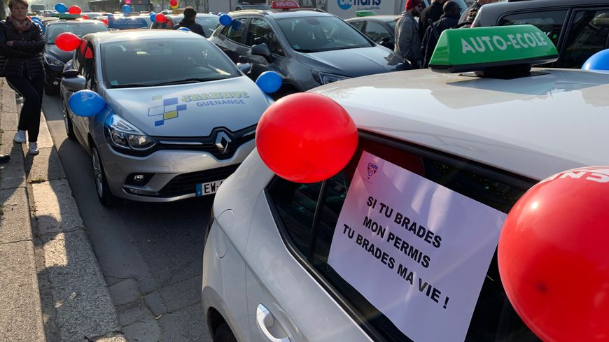 Des auto-écoles rassemblées lundi matin cours de Vincennes (Paris 20e).