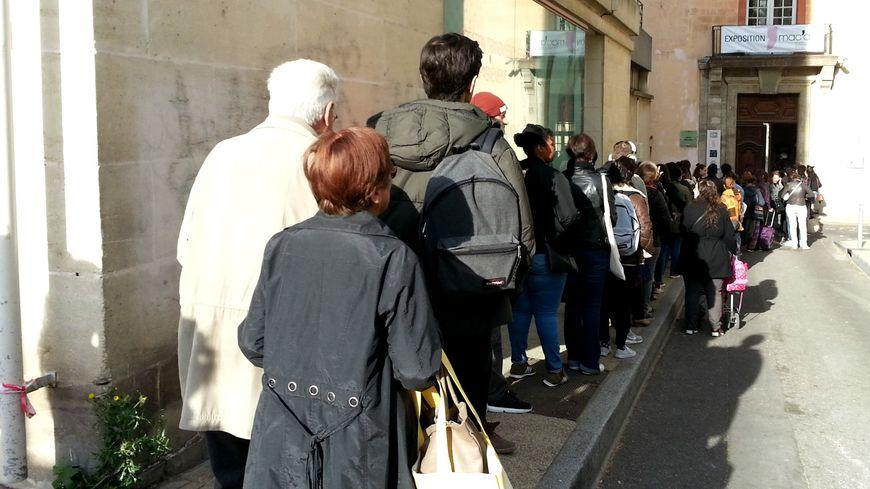 La traditionnelle file d'attente des candidats aux postes d'été du Festival d'Avignon
