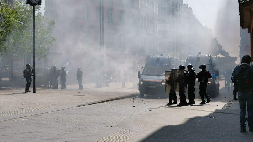 De nombreux face-à-face ont eu lieu entre forces de l'ordre et manifestants ce samedi 13 avril
