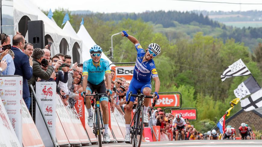 Julian Alaphilippe lève les bras en signe de victoire sur la Flèche Wallonne