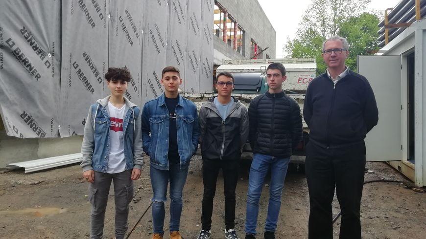 De gauche à droite : Méline, Mathis, Alexis, Lucas, élèves en filière bois du lycée George Sand à Châteauroux et François Ghirond, chef des travaux.